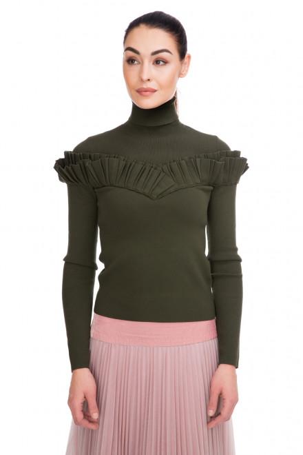 Пуловер женский с высоким горлом и оборкой зеленой цвета Miss Sixty
