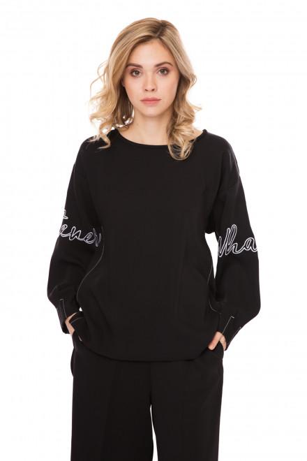 Пуловер женский (свитшот) черный оверсайз с белым принтом на рукавах Sfizio