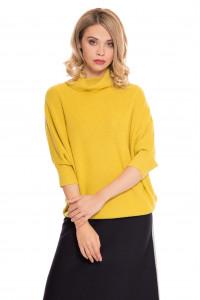 Пуловер женский желтый свободного кроя с высоким горлом UNQ
