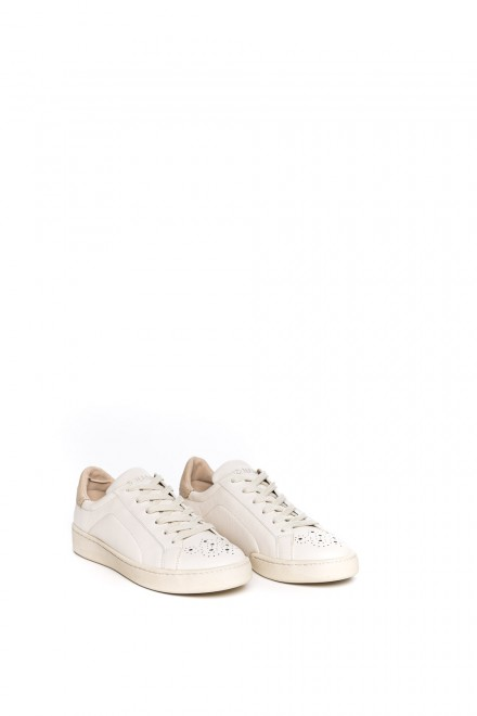 Сникеры женские кожаные белого цвета с  бежевой пяткой со шнурками No Name