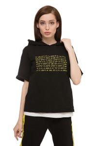 Пуловер женский с коротким рукавом с капюшоном черного цвета с надписью из букв UNQ