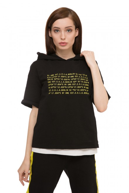 Пуловер с капюшоном черного цвета с надписью из букв UNQ