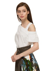 Блуза женская с коротким рукавом и открытым плечом белого цвета Sfizio