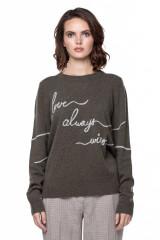 Пуловер женский с вышивкой Repeat