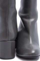 Сапоги женские высокие из кожи серого цвета The Seller