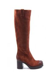 Сапоги  женские из замши коричневого цвета на широком каблуке и платформе The Seller