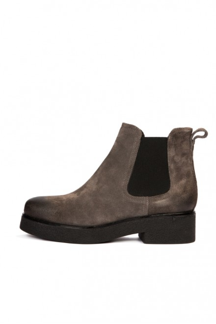 Ботинки женские из замши светло-серого цвета с резинками по бокам The Seller